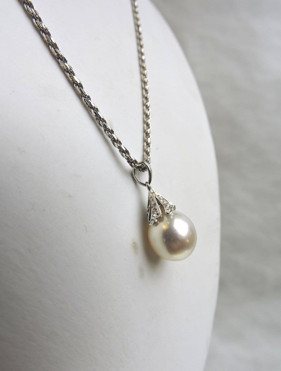 jewelry - whitegoldpearldropnecklace-08.jpg